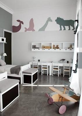 Adesivos de parede são destaque e colorem o quarto clean.