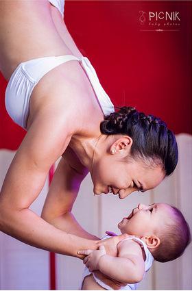 ensaio fotografiaco diferente de mae e filho com pilates e pole (1)