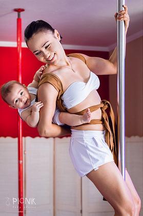 ensaio fotografiaco diferente de mae e filho com pilates e pole (10)