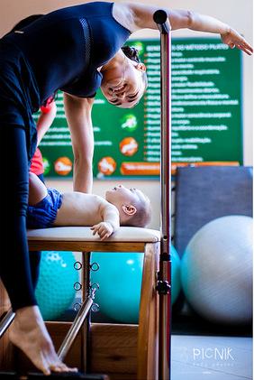 ensaio fotografiaco diferente de mae e filho com pilates e pole (19)