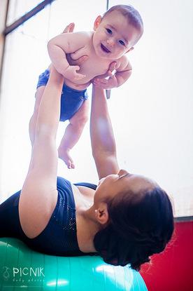 ensaio fotografiaco diferente de mae e filho com pilates e pole (21)