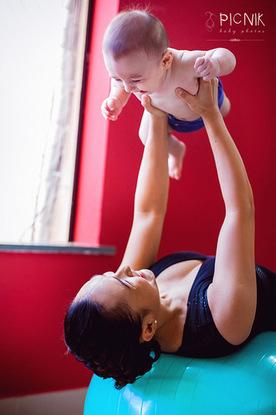 ensaio fotografiaco diferente de mae e filho com pilates e pole (23)