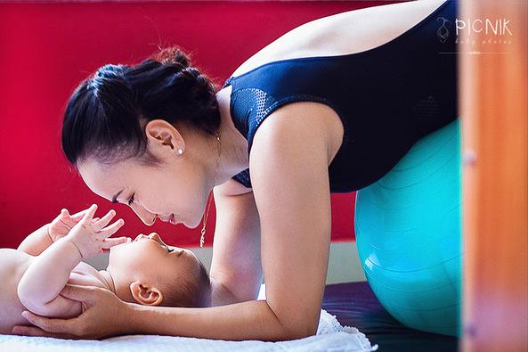 ensaio fotografiaco diferente de mae e filho com pilates e pole (25)