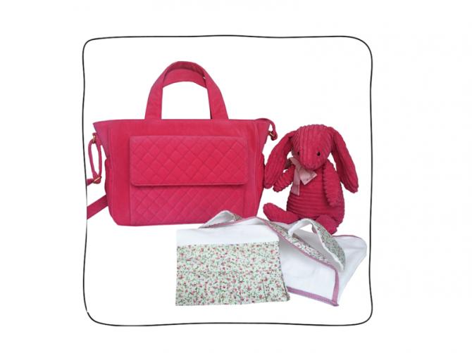 Baby Bag Plush Pink (interior impermeável) + Claire, a Coelhinha (na França, o DouDou é o bichinho de pelúcia companheiro do bebê quando a mãe não está por perto) + Kit toalhas (Super felpuda, essa toalha tem capuz e orelhinhas de coelho em tricoline. Vem também com a toalha de rosto com babadinhos no mesmo tecido).