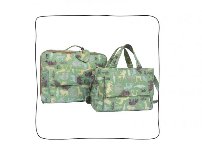 Mala Safari (feita em lona leve com motivo bichos, interior impermeável branco) + Baby Bag Safari (feita em lona leve com interior impermeável branco).
