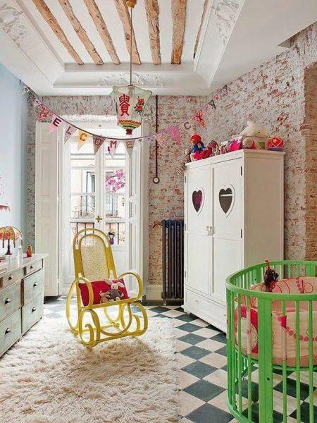 Já a composição de dois móveis em cores vibrantes e distintas é modernidade absoluta. Cadeira amarela com berço verde!