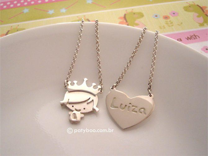 Little heart princess - Escapulário em prata de princesinha com inicial personalizada (aprox. 2,0 x 2,3 cm) e coração com nome vazado (aprox. 2,3 x 2,0 cm). Corrente elo português pequeno ou cadeado.