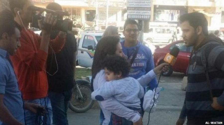 reporter trabalha com o filho no colo