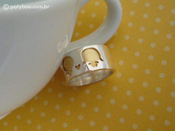 Sweet kids ring - Anel em prata feito à mão (aprox. 1,0 cm de largura) e kids em baixo relevo com tratamento de ouro.