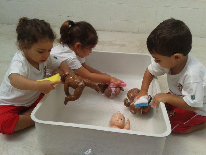 Toddler - dando banho nos bebes