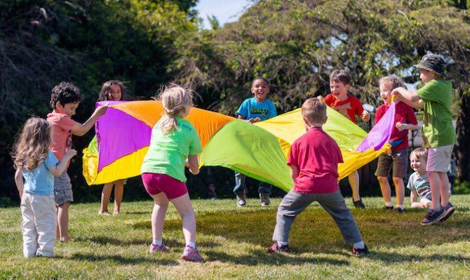 importância das crianças brincarem em grupo