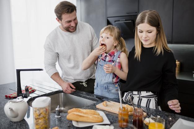 estimular a criança a cozinhar e comer