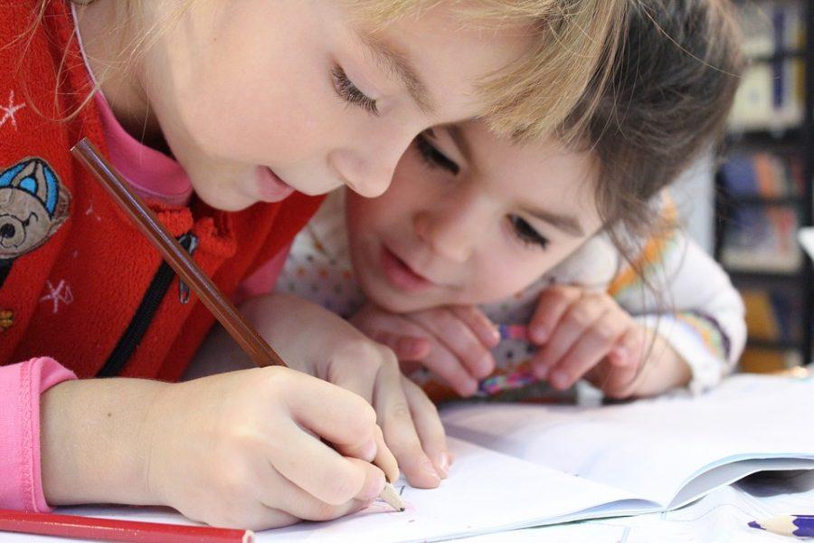 Crianças que estudam de manhã