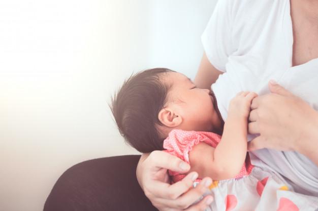 bebê mamar no peito